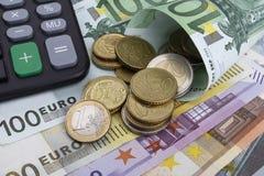 欧元(EUR)纸币和硬币 到达天空的企业概念金黄回归键所有权 库存图片