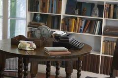 欧内斯特・海明威` s原始的打字机坐他的桌在他的文字室在基韦斯特岛,佛罗里达 免版税库存图片
