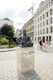 欧内斯特・索尔维雕象在布鲁塞尔的中心 免版税库存图片