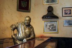 欧内斯特・海明威古铜雕象 图库摄影