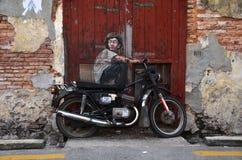 欧内斯特绘的自行车`的墙壁上的`男孩Zacharevic 免版税库存照片