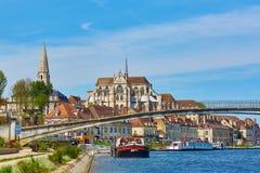 欧塞尔美丽的伯根地酒都市风景法国河yonne 免版税库存照片