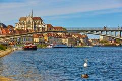 欧塞尔美丽的伯根地酒都市风景法国河yonne 免版税库存图片