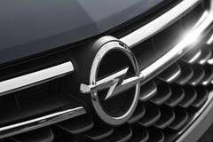 欧宝商标的特写镜头在的汽车的前面 免版税库存照片