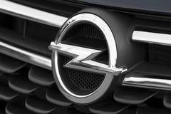欧宝商标的特写镜头在的汽车的前面 图库摄影