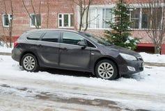 欧宝雅特Vauxhall阿斯特拉在美国在冬天停放了在房子附近 库存图片