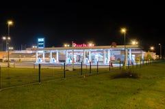 欧尚汽油加油站在晚上 库存照片