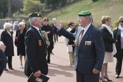 欧巴涅,法国 2012年5月11日 法国外籍兵团的退伍军人在绿色贝雷帽的沟通 免版税库存照片