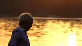 欧洲人实践在树根的瑜伽在日落 影视素材