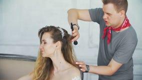 欧洲人民在美发师` s沙龙特写镜头的工作 影视素材