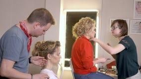 欧洲人民在美发师` s沙龙特写镜头的工作 股票录像