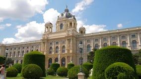 欧洲吸引力,在艺术附近博物馆的美丽的绿色公园  影视素材