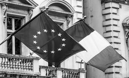 欧洲和法国旗子附有buidling 图库摄影