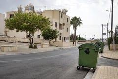 欧洲城市的干净的整洁的城市街道 垃圾容器在围场是绿色的 免版税库存照片