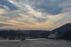 欧洲城市的看法有河的,多云天气,灰色天空 免版税库存照片