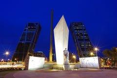 欧洲塔木尾塔亦称门是双办公楼在马德里 免版税库存照片