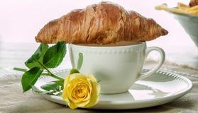 欧洲早餐咖啡用牛奶和新月形面包 免版税库存照片
