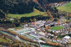 欧洲村庄顶视图在晚秋天 比绍夫斯霍芬,奥地利 免版税图库摄影