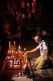 欧洲游人点燃了在泰国佛教寺庙的蜡烛 图库摄影