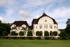 欧洲现代宫殿侧视图 免版税库存图片