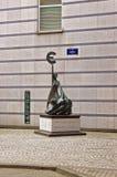 欧洲的妇女对负在德国签到慕尼黑的中心 图库摄影