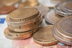 欧洲硬币和钞票在木桌背景 免版税库存照片
