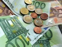 欧洲票据的硬币 图库摄影