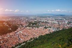 欧洲老城市布拉索夫风景从山峰顶的与阳光的 库存照片