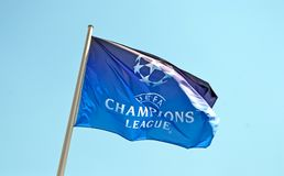欧洲联赛冠军杯在蓝天的旗子标志, 免版税库存照片