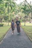 欧洲蜜月夫妇在巴厘语寺庙区域 巴厘岛,印度尼西亚热带海岛  库存照片