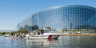欧洲议会与警察宪兵队小船的门面大厦 免版税库存照片