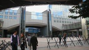 欧洲议会广场,有刺的导线,博览会人步行 股票视频