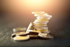 欧洲金钱,货币 成功、财富和贫穷,差概念 在深黑色背景的欧洲硬币堆与拷贝 免版税库存图片