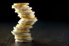 欧洲金钱,货币 成功、财富和贫穷,差概念 在深黑色背景的欧洲硬币堆与拷贝 免版税图库摄影