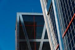 欧洲门的低角度视图耸立反对蓝天 免版税库存图片