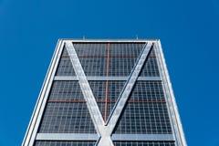 欧洲门的低角度视图耸立反对蓝天 库存照片