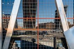欧洲门的低角度视图耸立反对蓝天 库存图片