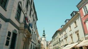 欧洲,斯洛伐克,布拉索夫,有中世纪门和塔的Michalska街 影视素材