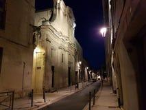 欧洲 南的法国 普罗旺斯 横谷 被唤醒的 在街市夜街道上的Illiminated教会 免版税库存图片
