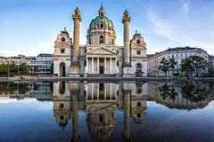 欧洲 奥地利 Karlskirche教会在维也纳在日落的晚上 免版税库存图片