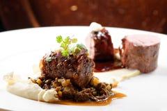 欧特烹调,烤小牛肉里脊肉牛排,小牛肉尾巴用口岸,羊肚菌,扁豆调味汁  免版税库存照片