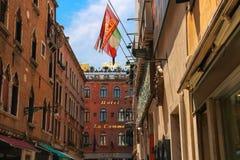 欧盟、意大利和威尼斯的旗子门面的b 图库摄影