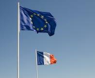 欧盟下垂和法国旗子 免版税库存照片