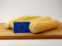 欧盟在一个木盘区下垂用在一白色backgrou隔绝的玉米 库存照片