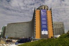 欧盟执委会大厦在布鲁塞尔,比利时, 06 26 2016年 与玻璃门面的大行政大厦 2011充分地提供公共汽车12月迪拜社论围绕换码热新的乘客终止夏天对使用等待 库存图片