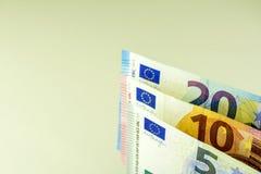 欧盟现金 在5, 10,反对轻的背景的20欧元的钞票 库存照片