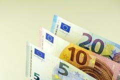 欧盟现金 在5, 10,反对轻的背景的20欧元的钞票 免版税库存照片