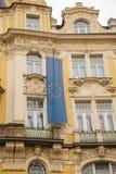 欧盟的旗子在一个大厦的在布拉格在捷克 欧洲 欧盟 符号 库存照片