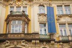 欧盟的旗子在一个大厦的在布拉格在捷克 欧洲 欧盟 符号 免版税库存图片