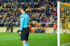 欧罗巴同盟半决赛的辅助箱子裁判员在比亚雷亚尔锎和利物浦足球俱乐部之间 免版税图库摄影